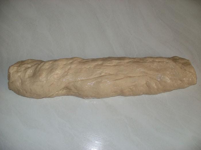 Тесто дрожжевое, раскатанное в жгут